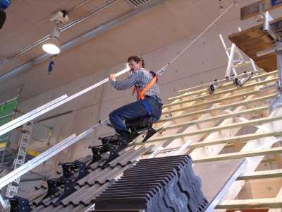 Eine Person wird am Arbeitsplatz auf dem Dach im Praxiszentrum Haan sensibilisert