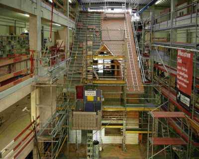 Blick in das Praxiszentrum Nürnberg zu arbeitssicheren Methoden, Geräte und Maschinen