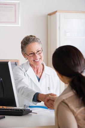 Ärztin im Gespräch mit einer Patientin