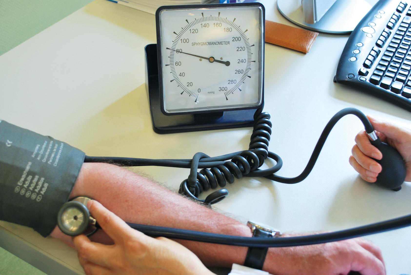 Der Blutdruck wird gemessen