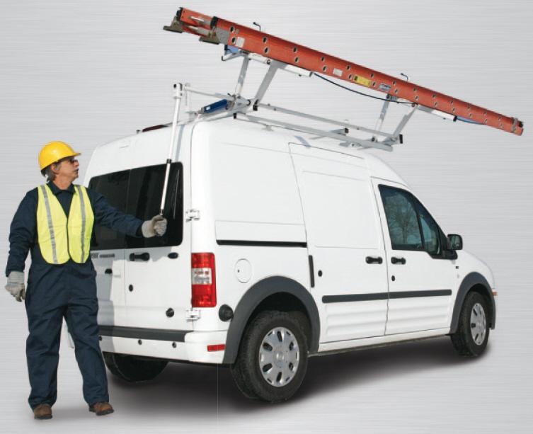 Mann steht hinter einem Fahrzeug mit Dachträgersystem