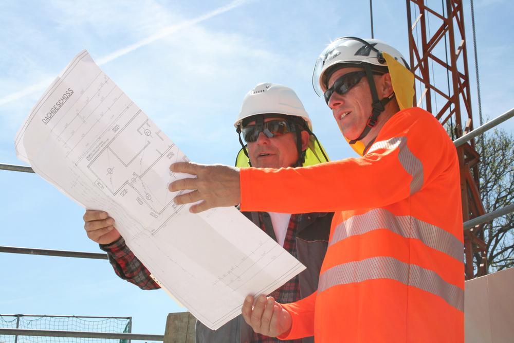 Aufsichtsperson auf einer Baustelle